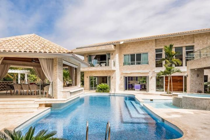 18-Guests Party House with Private Beach