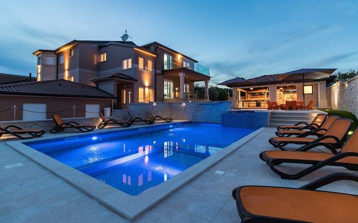 Villa Istra Kamen - Seven Bedroom Villa with Numerous Facilities