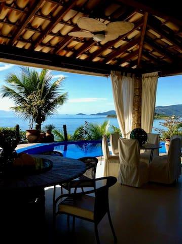 Belíssima casa em Ilha com praia e areia fofa.