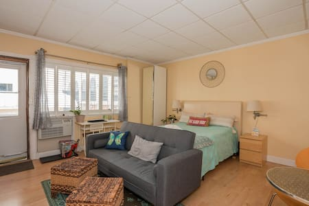 Clean & Cozy, Outside Entrance/Free Parking/Beach!