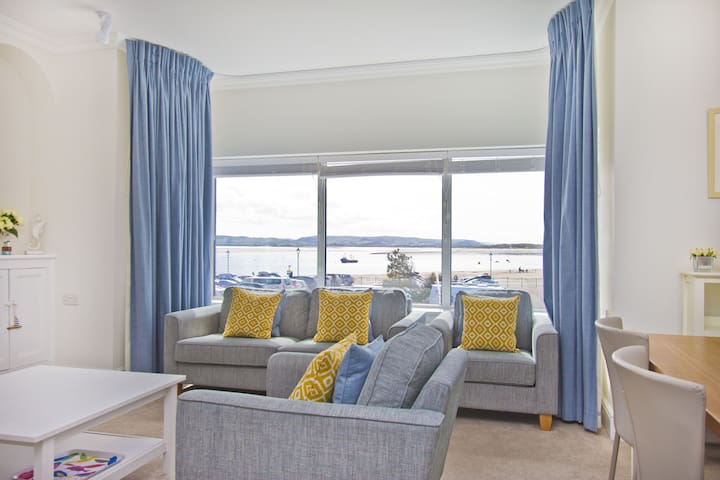 Beautiful modern seafront 2 bedroom apartment