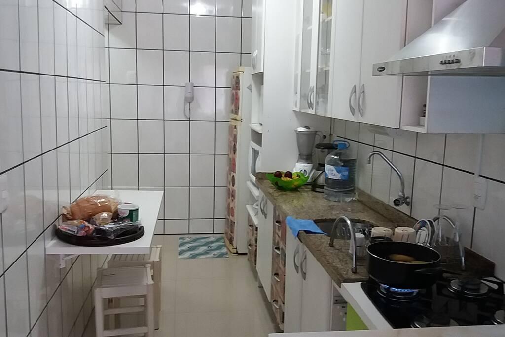 Cozinha toda equipada. Com Geladeira, microondas, forno elétrico, sanduicheira, liquidificador, cafeteira e utensílios domésticos.