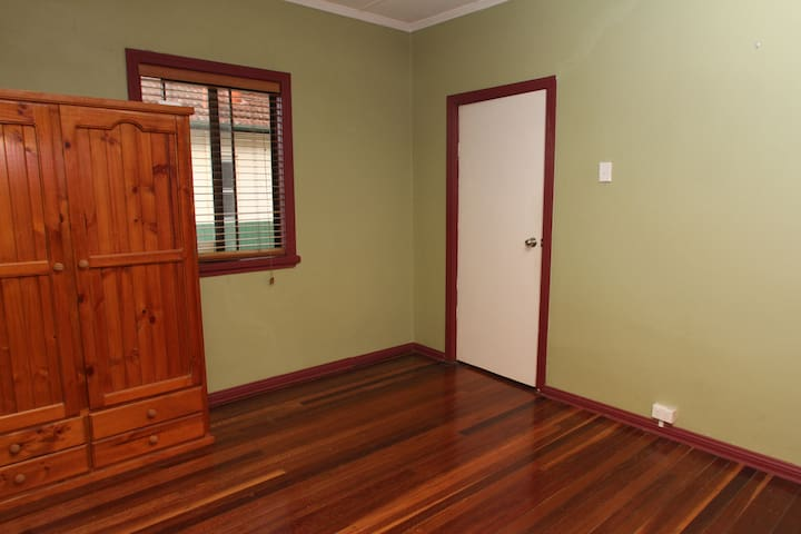Quiet location close to transport - Rocklea