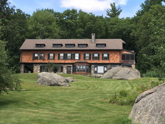 Boulderwood,  Cottage Era Estate 2 Bedroom Suite - stockbridge - Hus