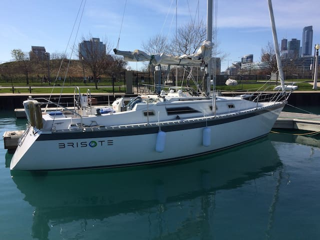 Cozy sailboat in urban harbor - Chicago - Barco