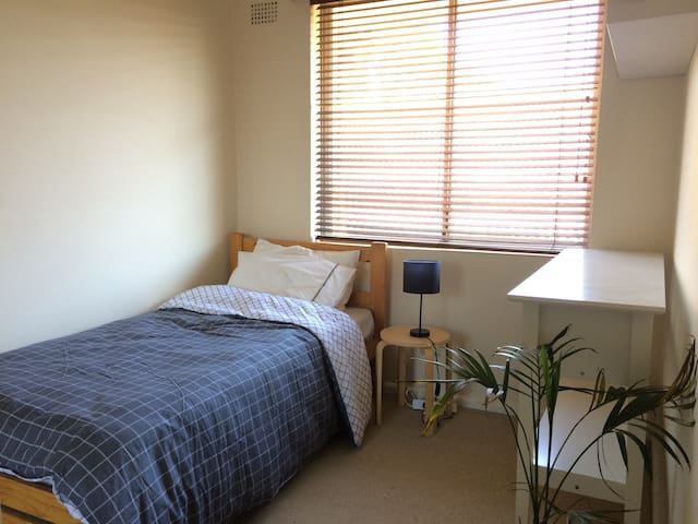 Bright, cozy room near Enmore Rd and Newtown - Stanmore - Apartament