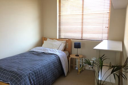 Small light filled room near Enmore Rd and Newtown - Wohnung