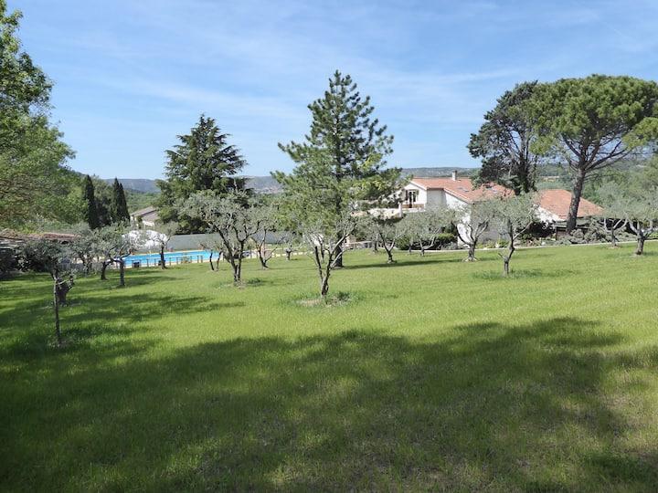 L'Oliveraie, T3 avec terrasse, piscine et pinède.