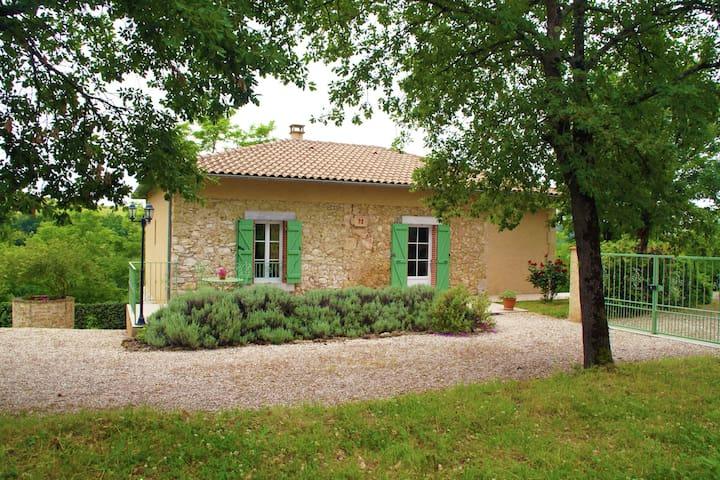 Bella casa vacanza in una ex casa ferrovia con ampio giardino nel sud della Francia