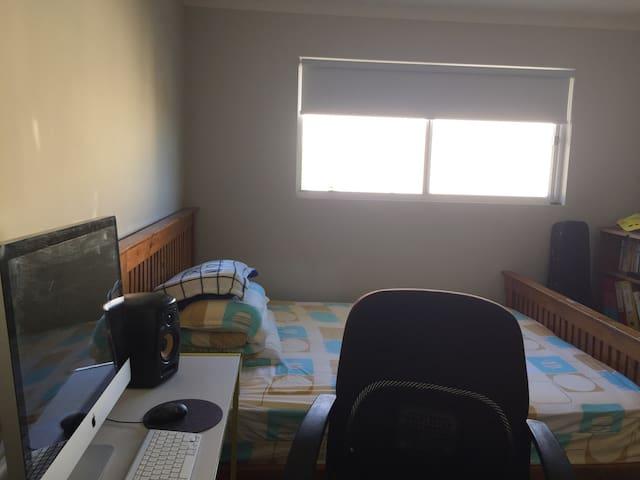 干净明亮的位于二层的双人阳光暖暖房 - Mawson Lakes - House