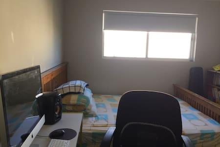 干净明亮的位于二层的双人阳光暖暖房 - Mawson Lakes - 一軒家