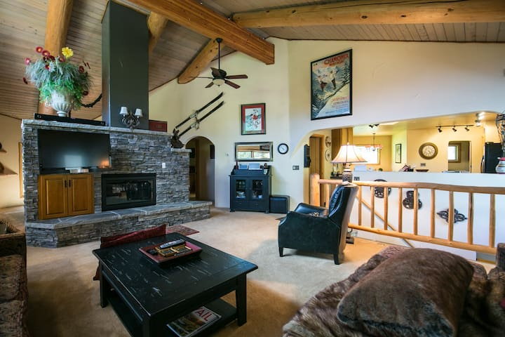 Toasty Fireplace, Stellar View - Vail - Apartment
