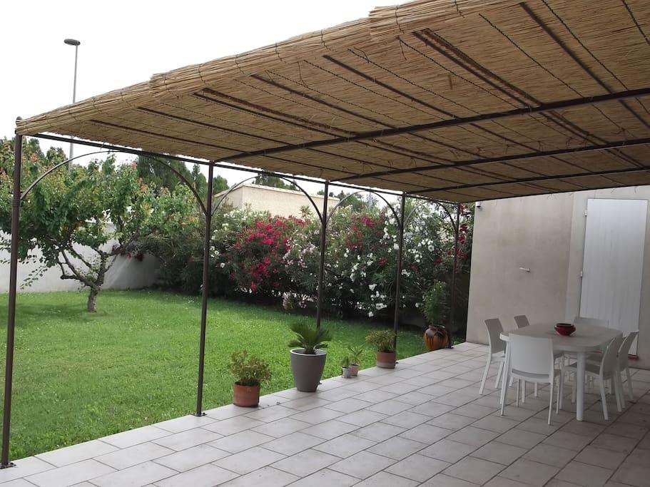 la terrasse plein sud avec la tonnelle recouverte de paillons camarguais (ils sont retirés au début de l'automne pour que la maison gagne en luminosité)