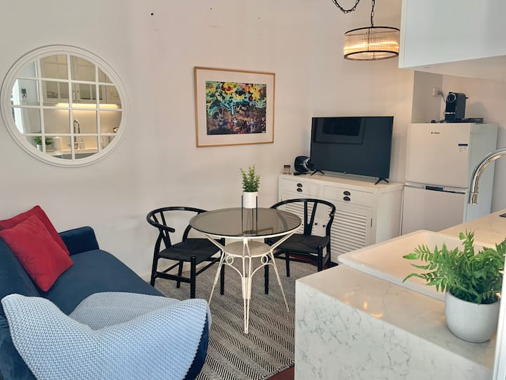 Stylish Private Studio for 2 ★ Close to Beach ★ WIFI ★ Netflix ★ Parking