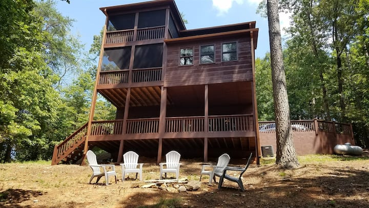 Treetop Retreat is a 2 bed 2 bath mountain cabin with fire pit and ping pong table.
