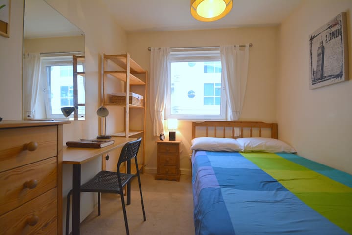 Cheap double room for two in Greenland Docks. - London