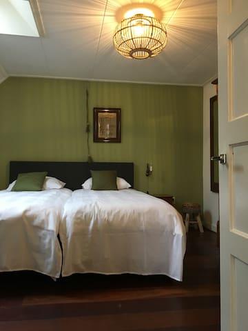 Slaapkamer met box spring.