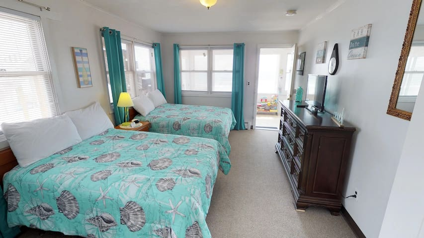 Ocean Front 2nd floor Room! Unit #16 Sleeps 4