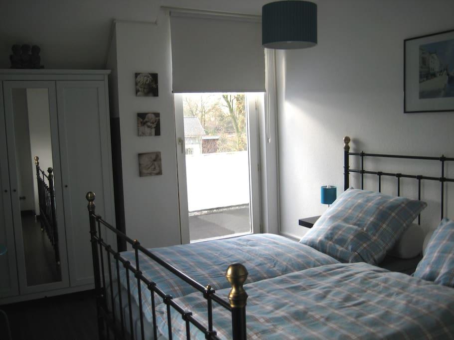 sch nes zimmer mit bad u teek che houses for rent in edewecht niedersachsen germany. Black Bedroom Furniture Sets. Home Design Ideas