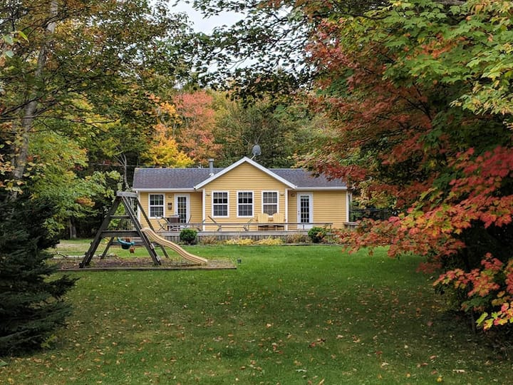 Barefoot Bungalow – Cottage with Pool & Hot Tub