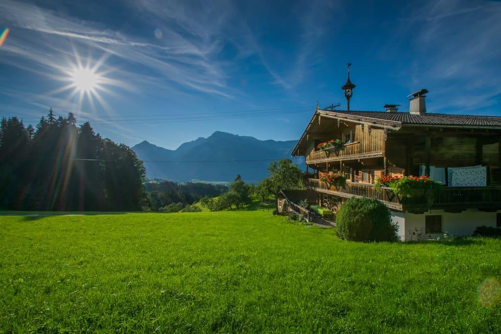 Haus von der Seite mit Blick auf die Berge