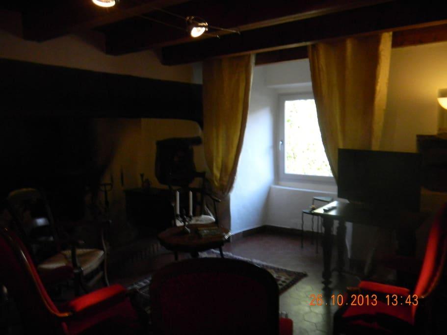 Gîte 1 : coin salon cheminée ancienne utilisable
