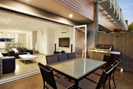 Stylish, modern apartment, great location - Glen Iris