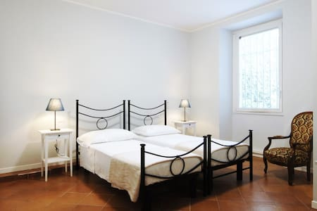 Cosy twin room with interior view - Milan - Appartement en résidence