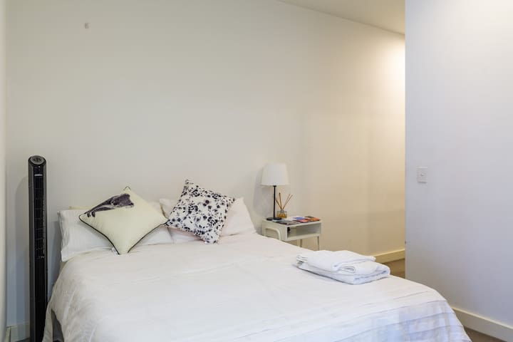 Private Room In Modern appartments in South Yarra