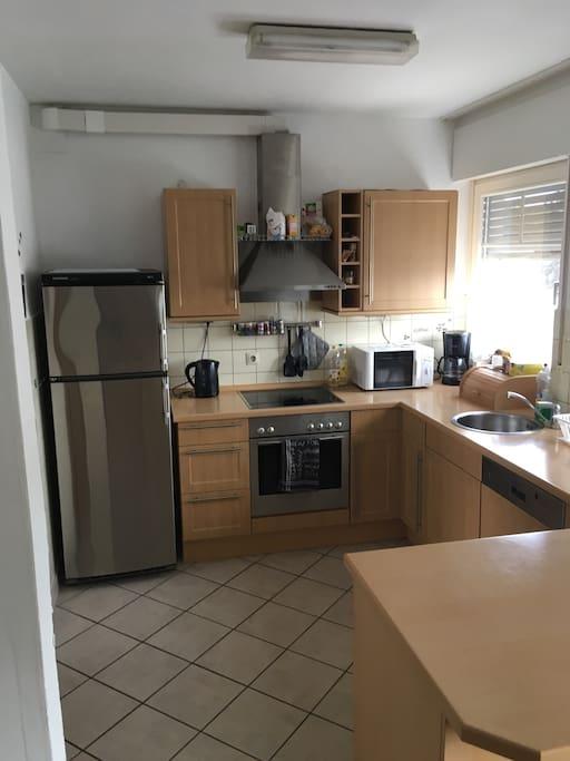 Offene, voll eingerichtete Küche