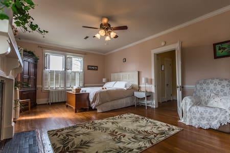 Downtown Suite with Private Bath - Culpeper - B&B/民宿/ペンション
