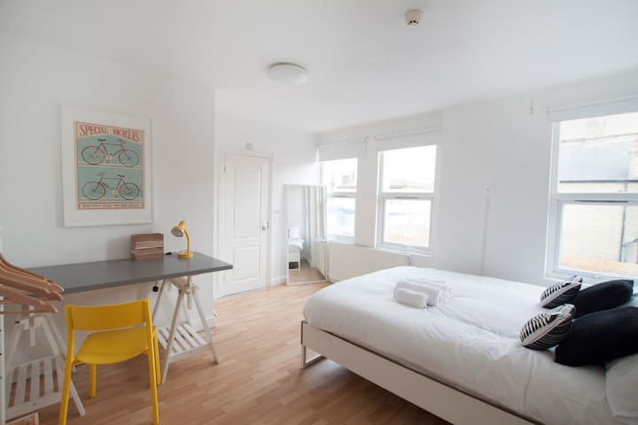 Fantastic double bedroom in Franciscan Road by Allô Housing