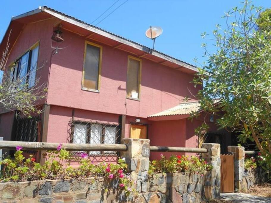 Vista desde la calle. La casa roja de la esquina