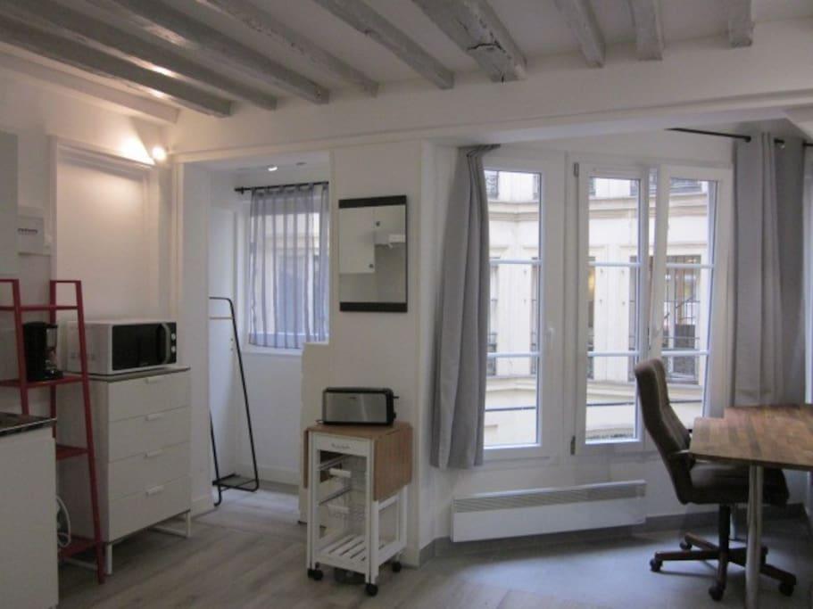 Le calme d'une grande cour sur des bureaux