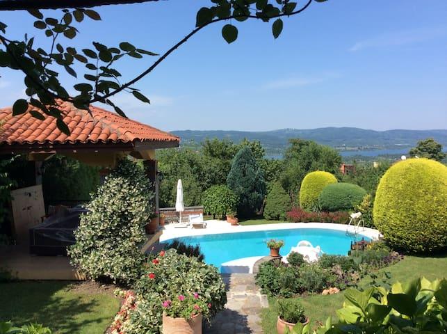 Kartepe'de 2 katlı, bahçe içinde havuzlu villa