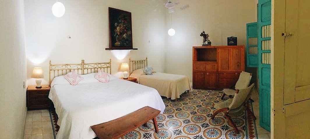 Dormitorio con cama king y cama individual