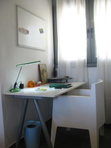 υπνοδωμάτιο ισογείου - γραφείο και καρέκλα toy του Philip Stark