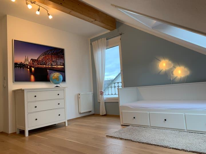 Messenahes Zimmer mit Gästebad / Nice guest room