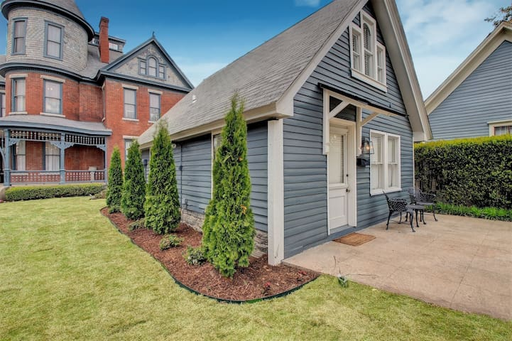 Baker Cottage - Luxury Downtown