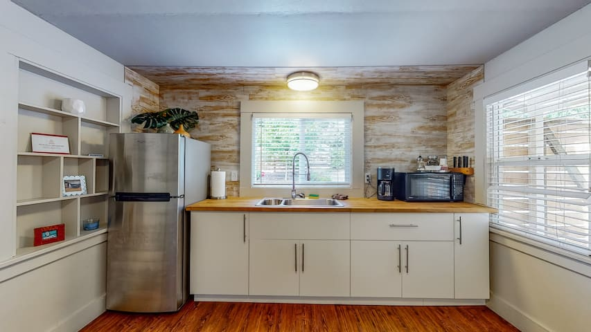 Renovated 2 Bed Redwood Retreat, Walk to the Park!