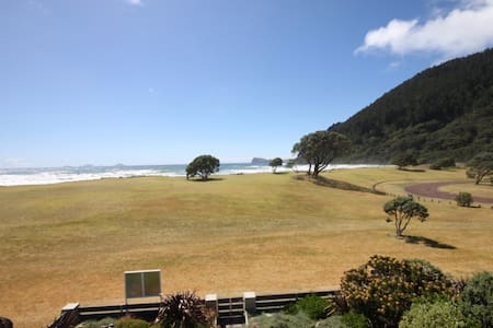 Beachfront holiday home with stunning views!!! - Pauanui - บ้าน