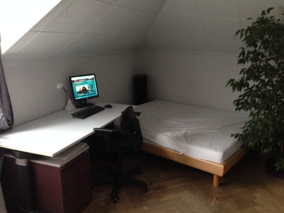 privat room with desk and double bed