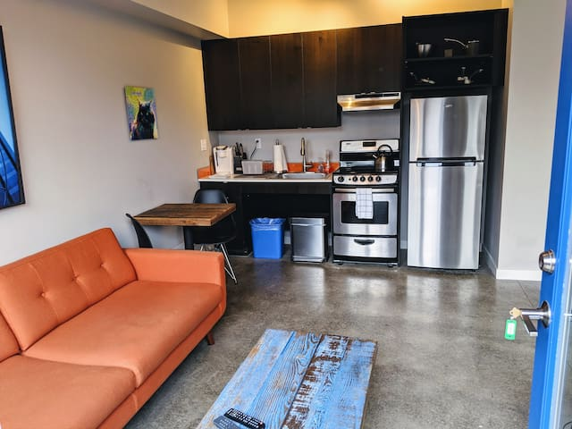Bright Studio Apartment near Hawthorne Food Carts