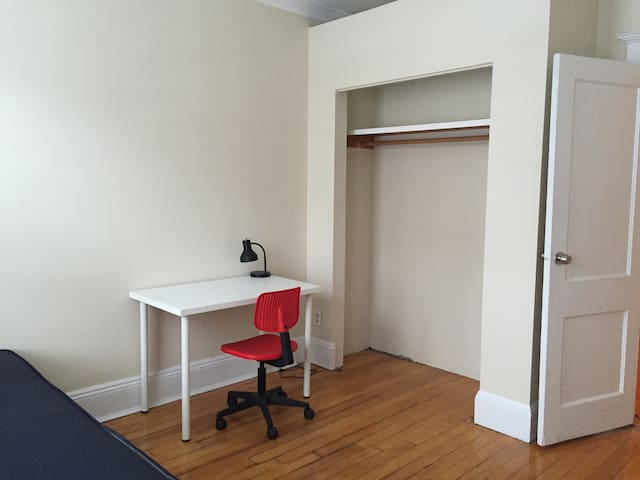Bright & cozy private room in Allston - Boston