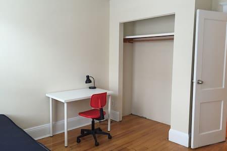 Bright & cozy private room in Allston - Boston - Departamento