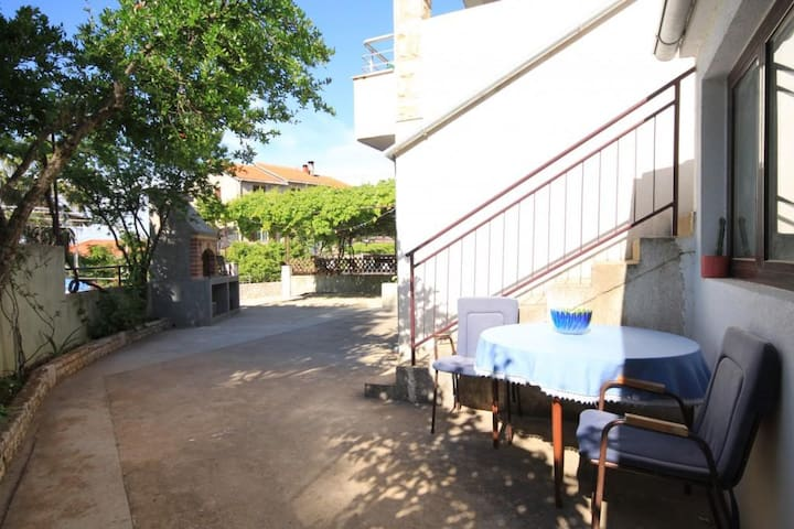 Two bedroom apartment with terrace Jelsa, Hvar (A-5703-a)