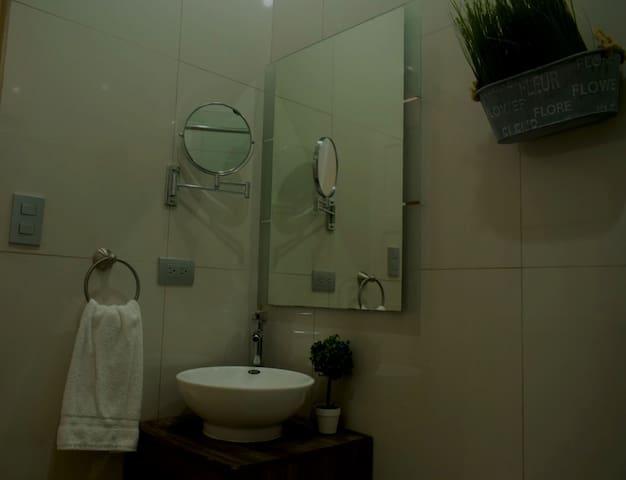 Baño número 2, nuevo, moderno, y relajante. Esta ubicado contiguo a las habitaciones 2 y 3. Cuenta con agua caliente, excelente iluminación y espejo de detalle con aumento 5X