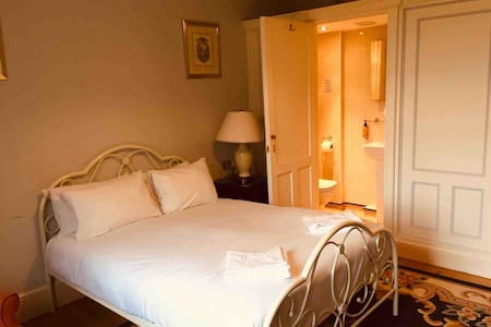 Luxury double room No. 4 in Georgian house