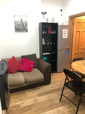 COZY SINGLE/BALCONY FLAT 5MIN EARLS COURT ST/WEST