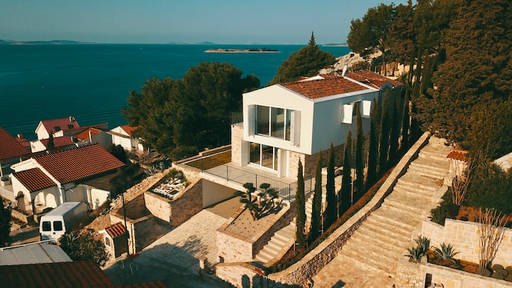 Villa in exclusive location with stunning views